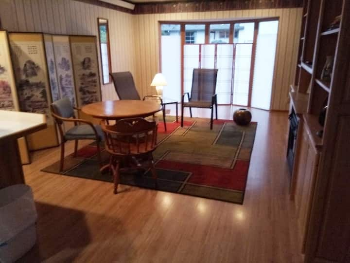 Lovely, quiet, great location, 1 bdrm apartment.