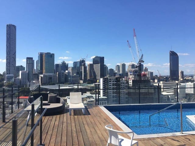 Large private 1 bedroom apartment, rooftop pool