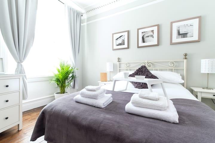 Bright & spacious apartment near city centre