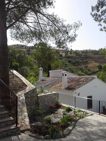 Finca Pequeña a rustic 100 year old property - Cómpeta - Hus