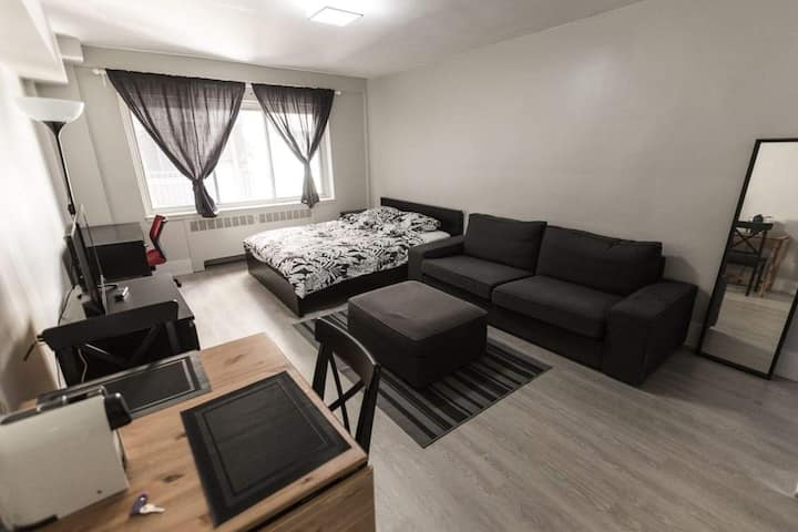 Studio downtown with private parking