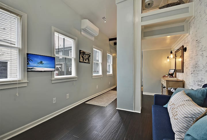 Blue Cottage - Downtown 1 Bed/1 Full Bath Studio - 1 Min from The Cedar Room at The Cigar Factory