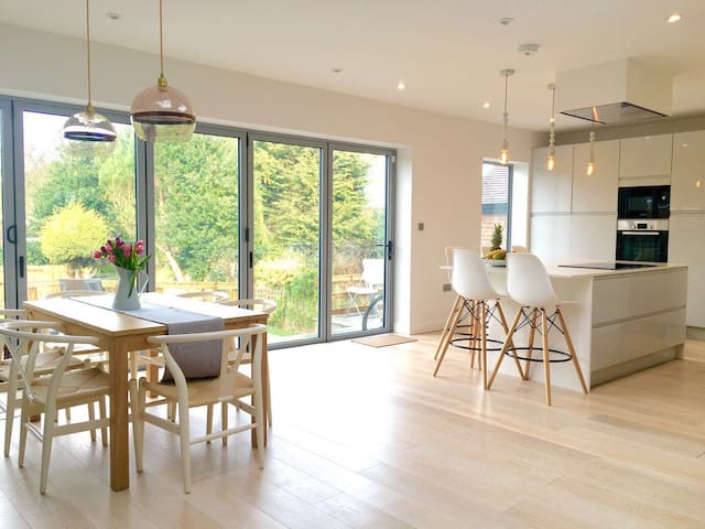 Stunning newly renovated 4 Beds House