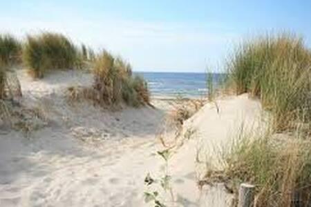 Zweistöckiges helles Ferienhaus in Strandnähe