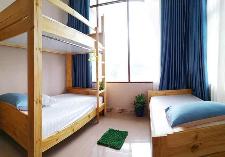 Budget dorm room max 3- 1min walk to beach