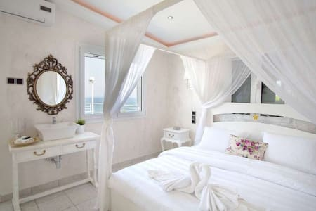 Penthouse Suite with Outdoor Jacuzzi & Sea View - Larisa - Bed & Breakfast - 2