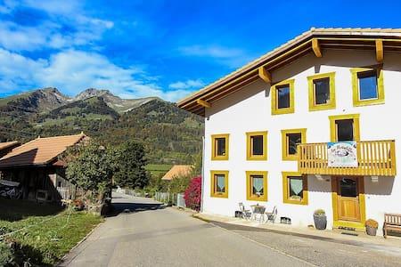 Les Hirondelles: chambres  aux pieds des montagne
