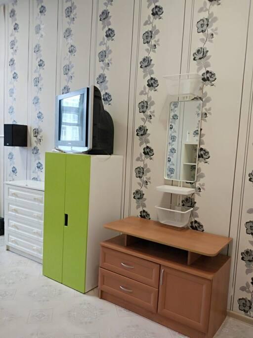 телевизор, зеркало, платяной шкаф, комод, тумба