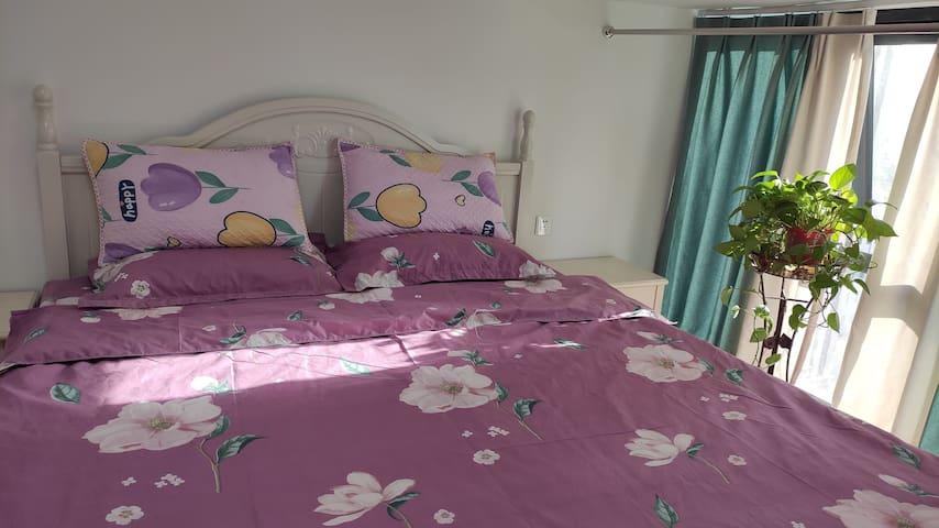 主卧,躺在床上可以观赏到中原福塔和玉米楼景观