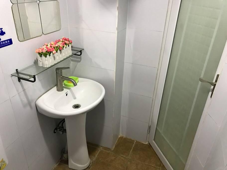 洁净的卫生间,24小时热水