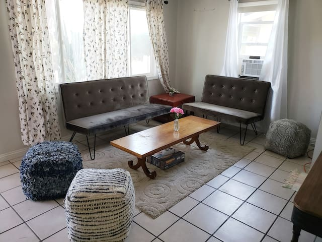 5 miles from DISNEY 6 room Queen Bed 4 Bath house!