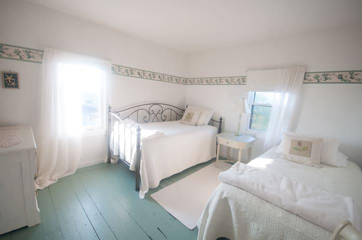 Freeport, N.S. - Yoga, Smoothie & Bed