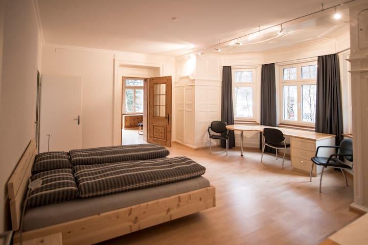 Schlafzimmer West mit Arbeitsfläche