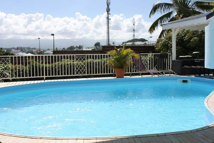Chambre d'hôtes   terrasse  piscine  Villa Lauraym