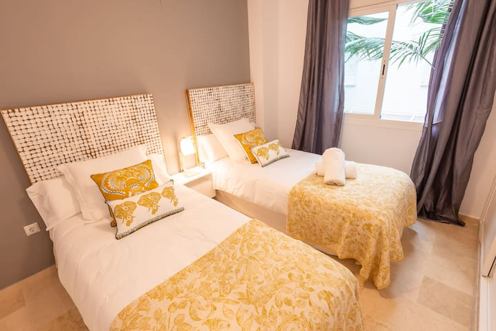 Guest room: 90 x 200cm two twin size beds.