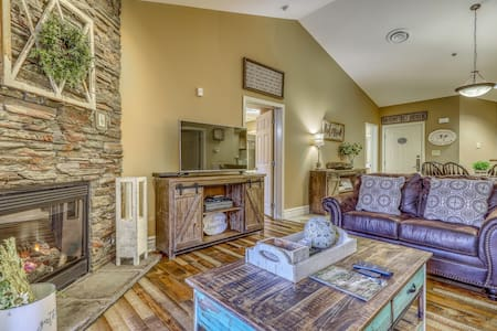 Luxe condo w/ jetted tub & shared pool/hot tub - walk downtown!