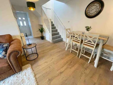 Cosy modern 1 bedroom house with garden & parking
