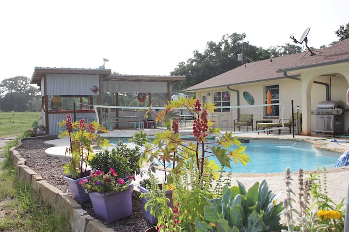 Guest Ranch with Horses and Pool - Grand Saline - Bed & Breakfast