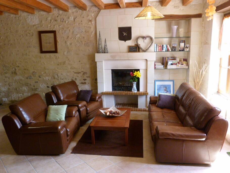 Salon cuir 5 places avec cheminée pour l'hiver