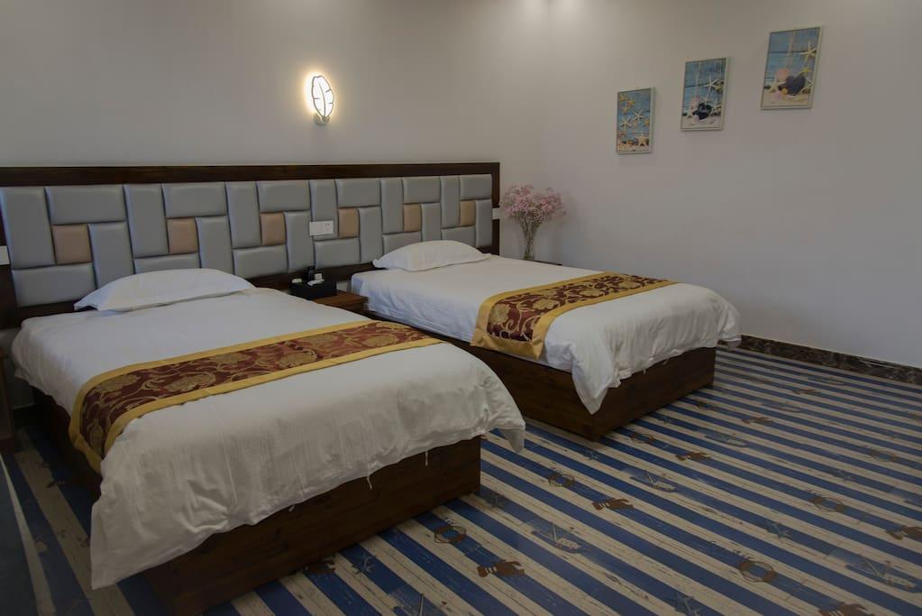 房间宽敞明亮,从地板到墙面,处处都是海洋的味道。