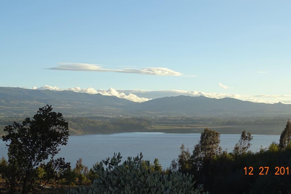 Vista de la Represa de Tominé desde el jardín.