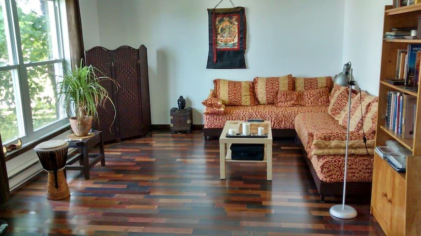 Chambre privée - lit queen en hauteur et/ou futon