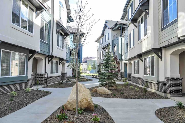 Modern Upscale Townhouse - Downtown Boise and BSU