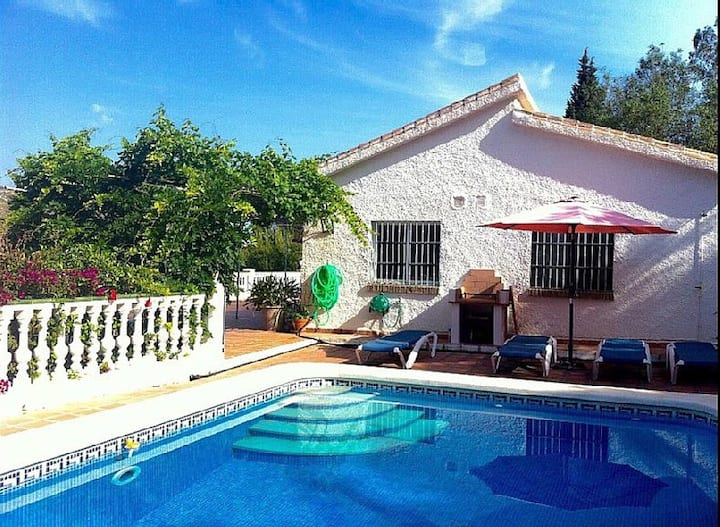 Detached Villa, private pool/garden walk toTorrox!