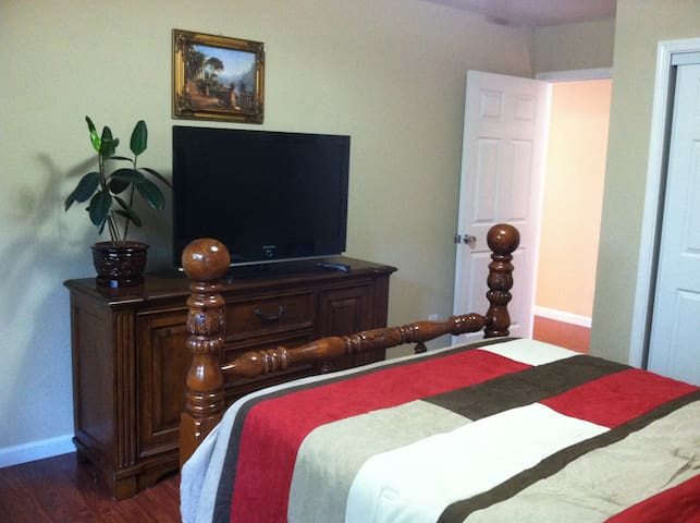 Private Entrance, Beautiful 1 BR + 1 Office Suite