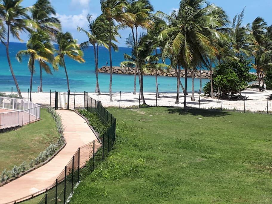 accès à la plage vu du balcon