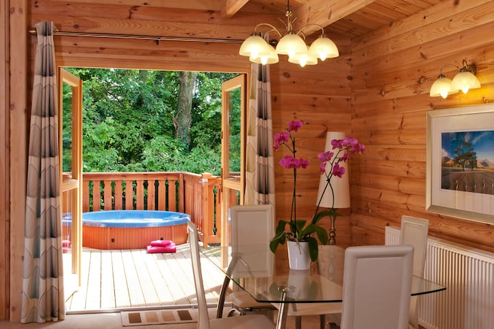 5 Star, 2 Bedroom Scandinavian Lodge with Hot Tub