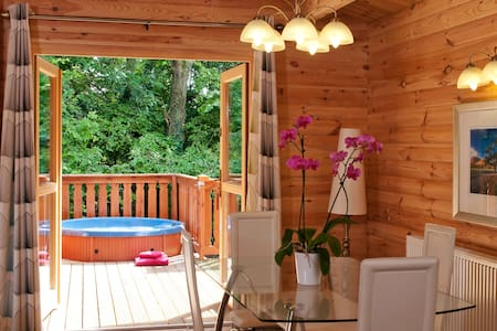 Luxury 3 Bedroom, Scandinavian Lodge with HOT TUB