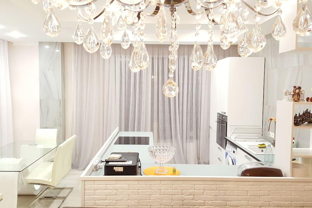Просторная кухня -столовая оборудована всей необходимой бытовой техникой