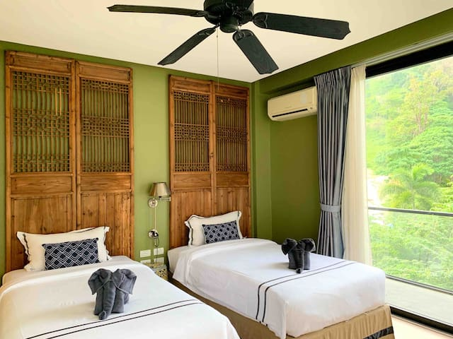 Patong vintage twin beds suite with bathtub &balco