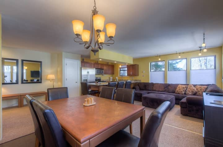 Updated 2 bedroom condo, steps from Lift 7
