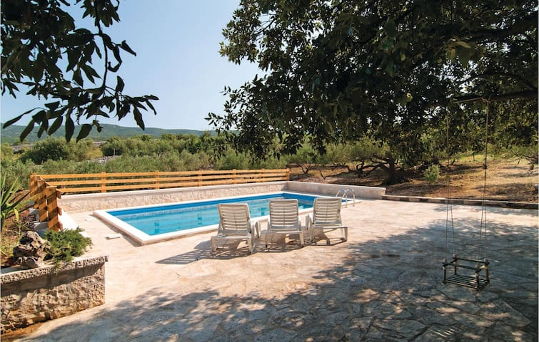 Holiday cottage with 2 bedrooms on 54 m² in Pucisca