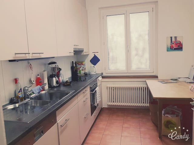 Private room in Biel with nice terrace - Biel - Appartamento
