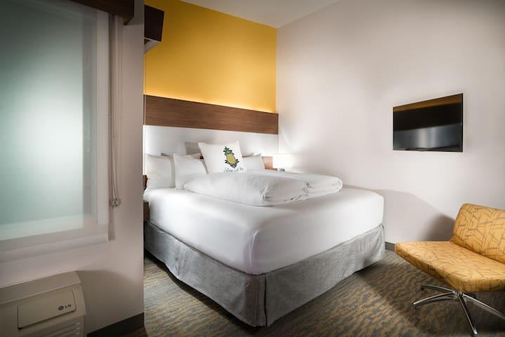 Hotel Z, Z King