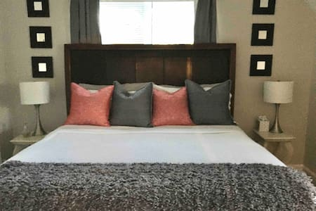 Master King Suite (w) Private Bath 4 mi to Airport