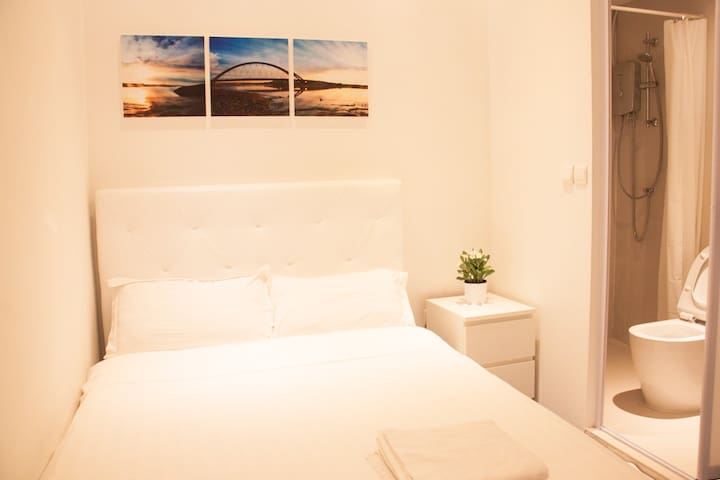 NEW Private Cosy Bedroom /WIFI @ City Central