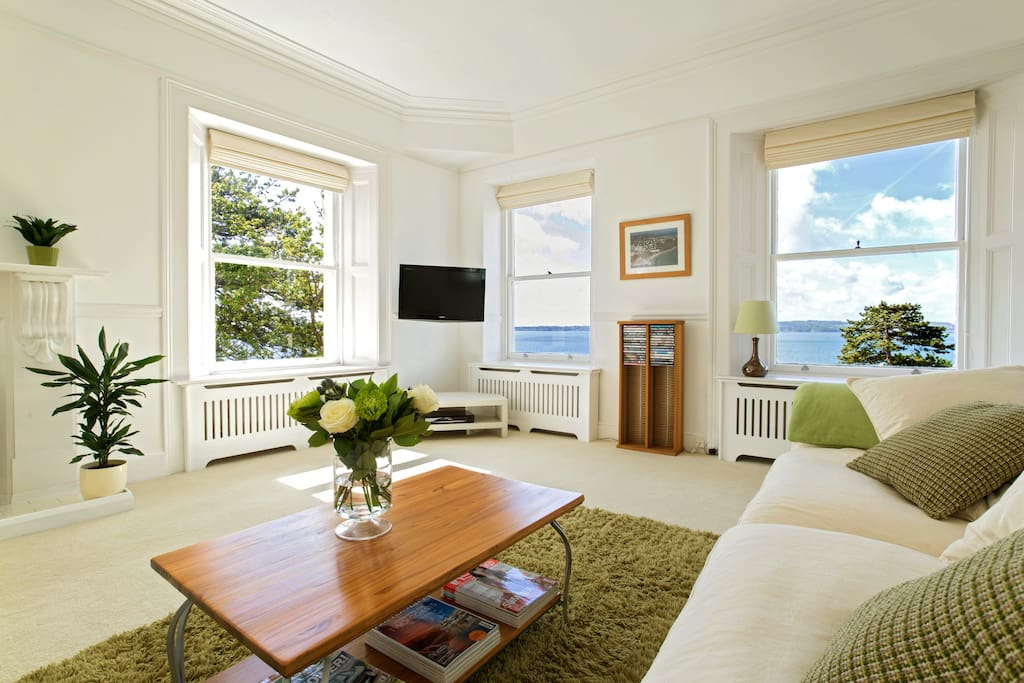 Double aspect panoramic sea views from the lounge!