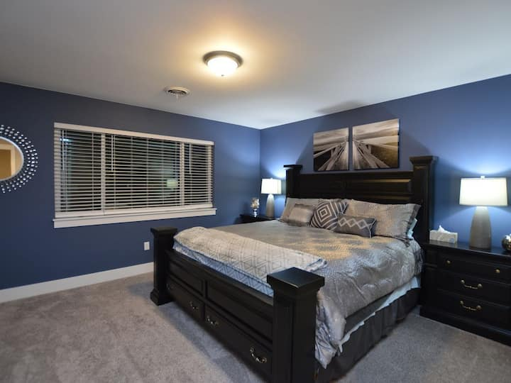 """(Newer) Clean & Contemporary """"Elegant Escape"""" (KING BED) Minutes From Downtown"""