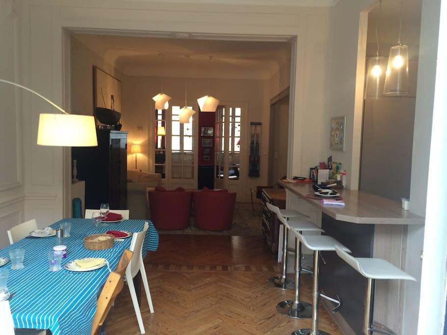 3 pièces en enfilade au Rez-de-Chaussee :  la salle a manger avec accès a  la terrasse