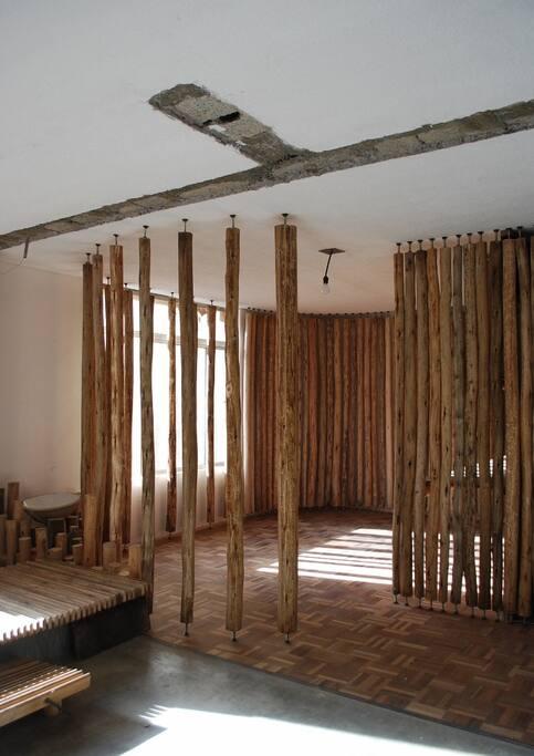 Vista de la arquitectura del loft: techos y espacios intervenidos.