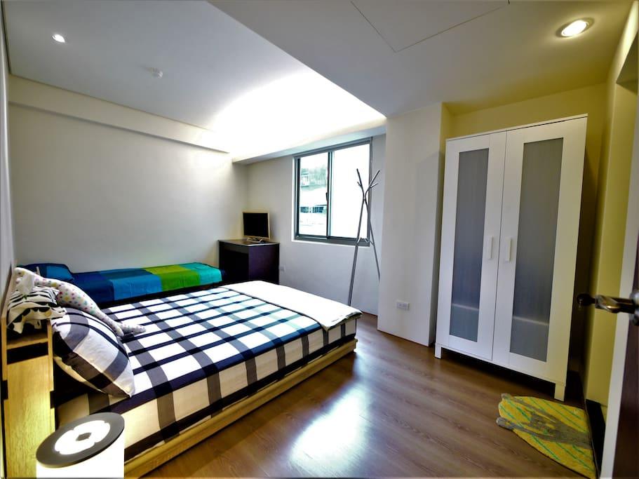 大間臥室兩張床內有衛浴