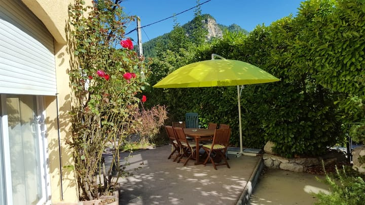Apartment with 2 bedrooms in Annot, with wonderful mountain view, enclosed garden and WiFi