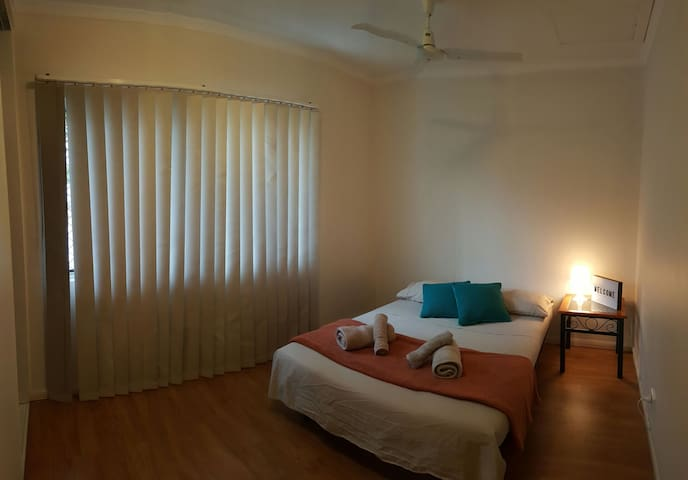 Cosy bedroom 300m from beach. - Yorkeys Knob