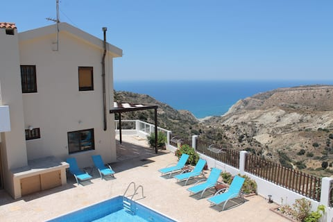 海の景色とプライベートプールを備えた地中海の夢