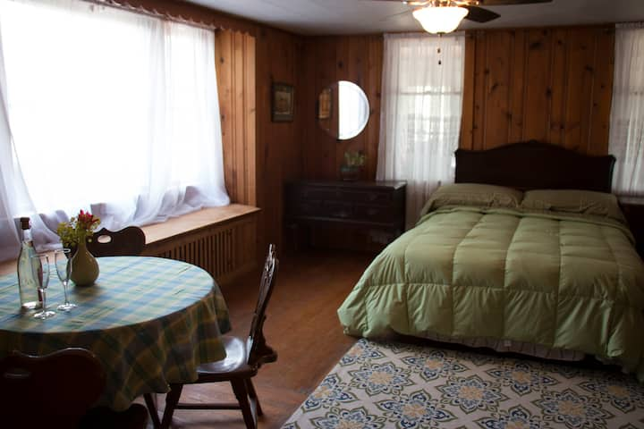 Studio in the heart of FLX wine country!