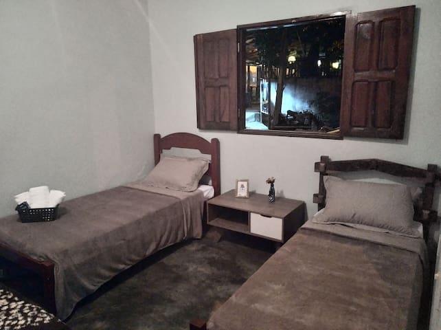 Quarto 3 - 3 camas de solteiro (passível de colocar mais uma cama de campana)